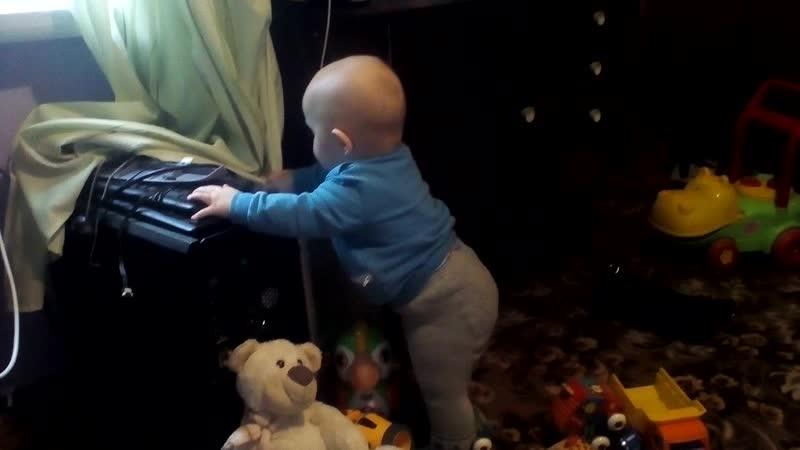 сын осваивает профессию компьютерщика