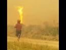В Канаде торнадо отобрал шланг у пожарных тушивших пожар