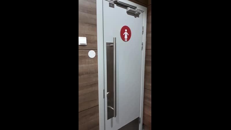 Ильнар выходит из женского туалета