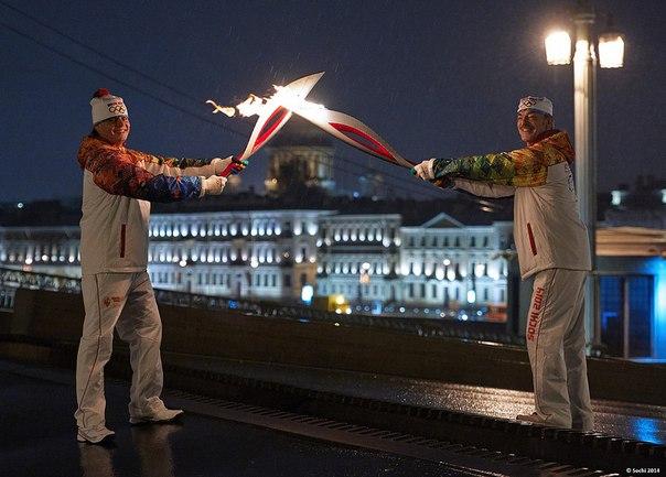 Яркий момент, завершивший #ЭстафетаОгня в Санкт-Петербурге - Михаил Боярский передает огонь сыну Сергею на сводящемся Благовещенском мосту! #Сочи2014
