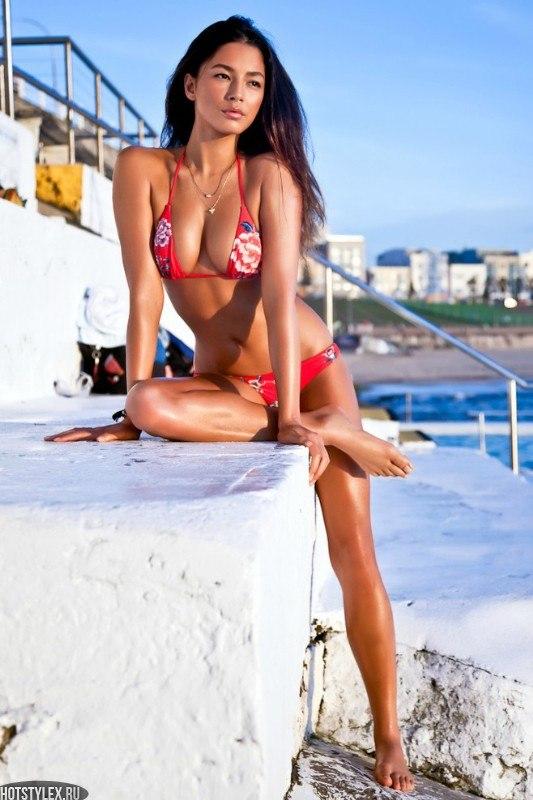 Фотографии девушки брюнетки со спины - a1471