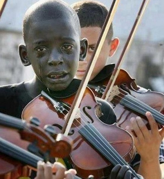 Больше, чем фото. Ребенок играет на скрипке на похоронах своего учителя по музыке. Учитель спас его от нищеты и насилия.