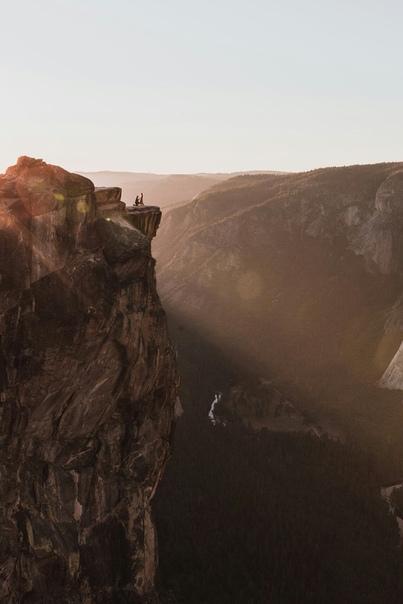 Мужчина сделал предложение возлюбленной на вершине скалы, их случайно снял фотограф. История одного кадра