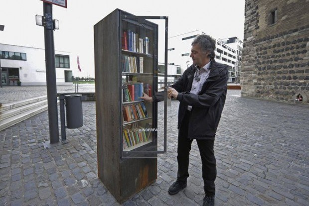 На улицах Берлина установлены необычные автоматы, о предназначении которых сразу и не догадаться.