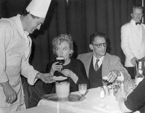 Мэрилин Монро и Артур Миллер (её третий муж) за чашечкой кофе по-ирландски.