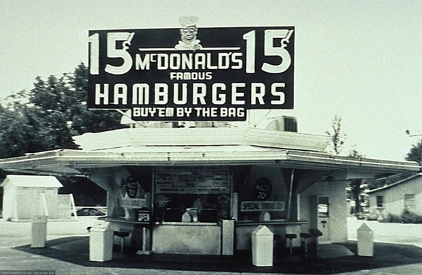 Самый первый ресторан братьев Мориса и Ричарда МакДональдов 1940г