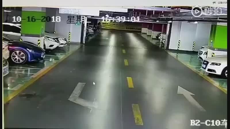 Девушка аккуратно выезжает из подземной парковки