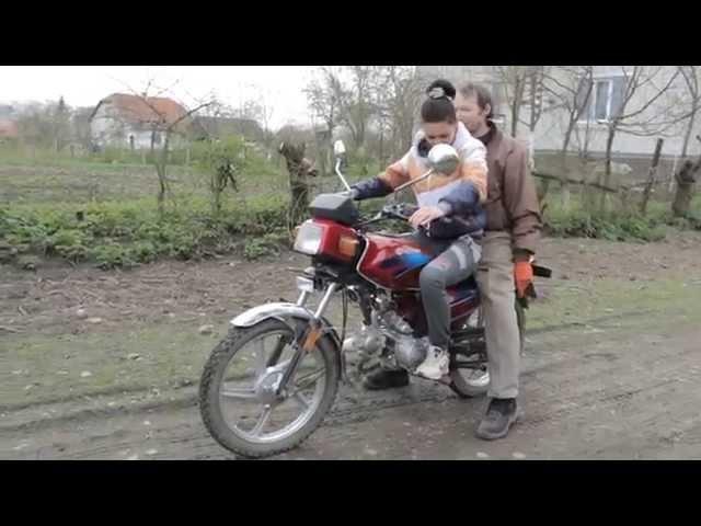 Папа учит дочку водить мотоцикл