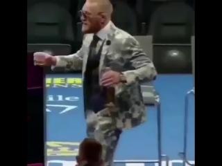 Конор Макгрегор танцует