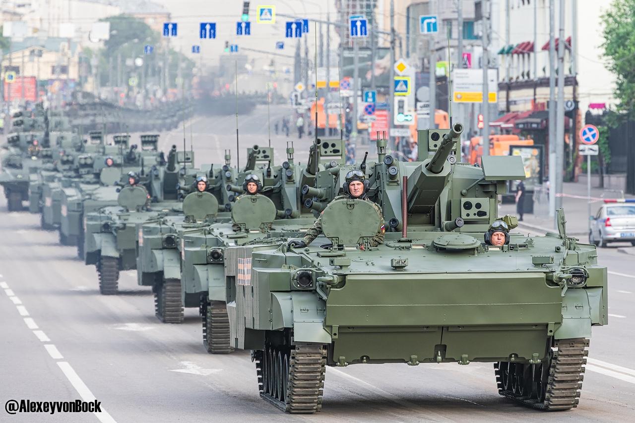الدفاع الروسية تنشر صورا للعرض العسكري التجريبي الخاص باحتفالات عيد النصر TCVs2QFydu4