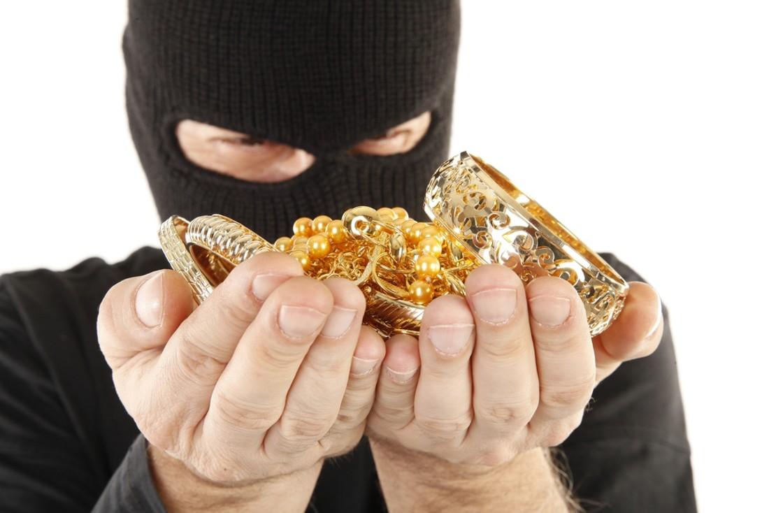В Медногорском у женщины украли золотые браслеты и кольца