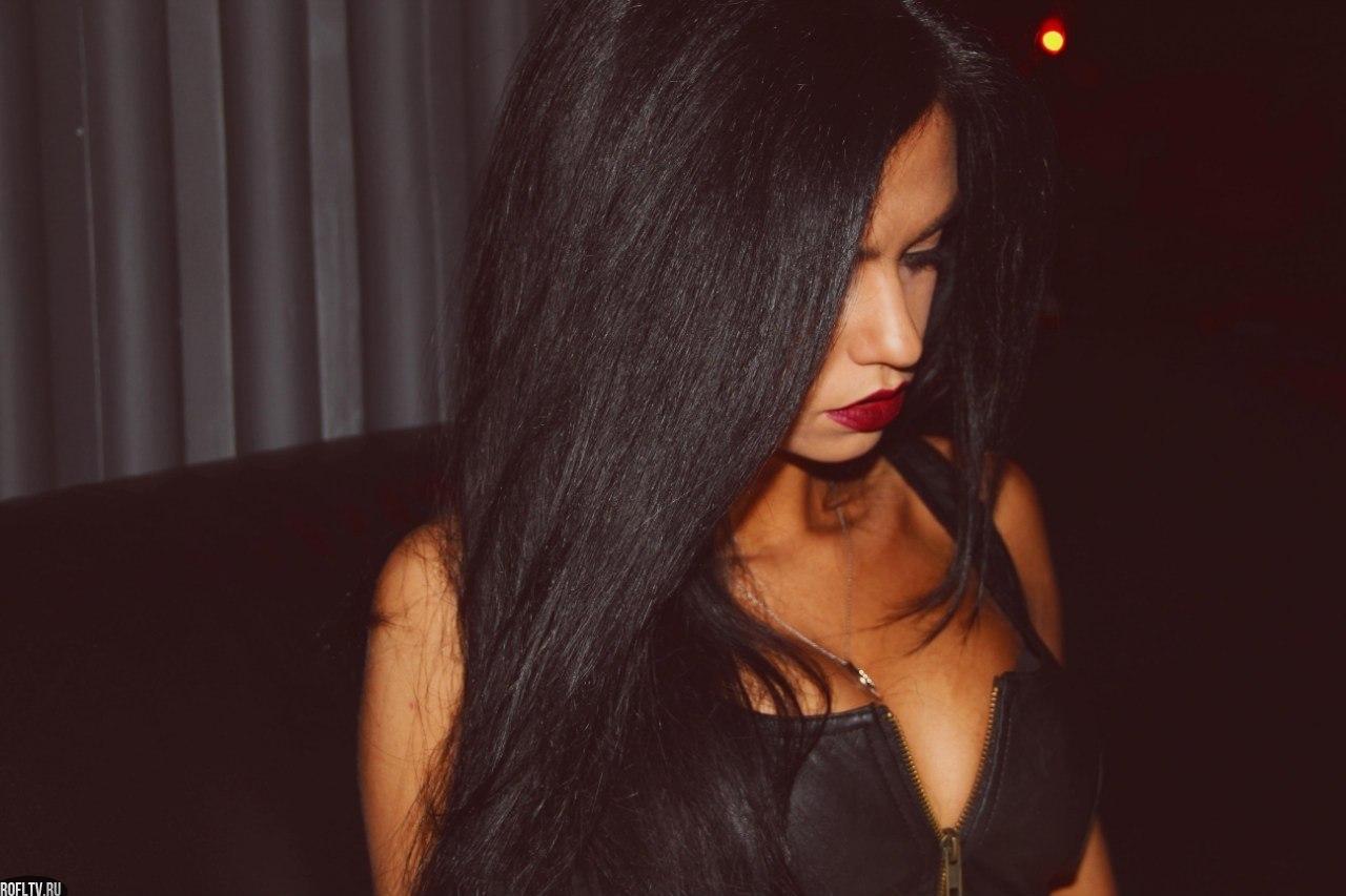 прически на длинные волосы к вечернему платью в пол фото на