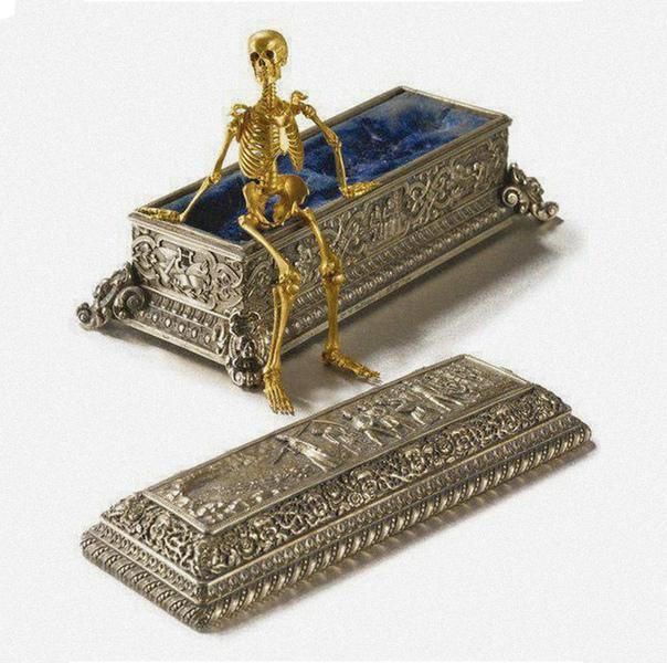 Работа одесского ювелира Рухомовского, подвижный золотой скелет в серебряном саркофаге, 1892-1906 гг.Был продан за $350 000 на аукционе