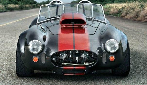 """Самая бешеная Cobra Cobra c 12,9-литровым мотором V8 собрана почти с нуля немецким ателье Weineck для повседневных поездок. Weineck Cobra оснащена 1100-сильным V8 объемом 12,9 литра. Таких """"Кобр"""" было собрано всего 15 экземпляров, каждый из которых стоит 545 000 евро. Мотор для этой модели был сконструирован на заказ компанией Donovan Engineering. Может быть, это прозвучит немного абсурдно, но здоровенный воздухозаборник на капоте действительно необходим машине. Дело в том, что…"""