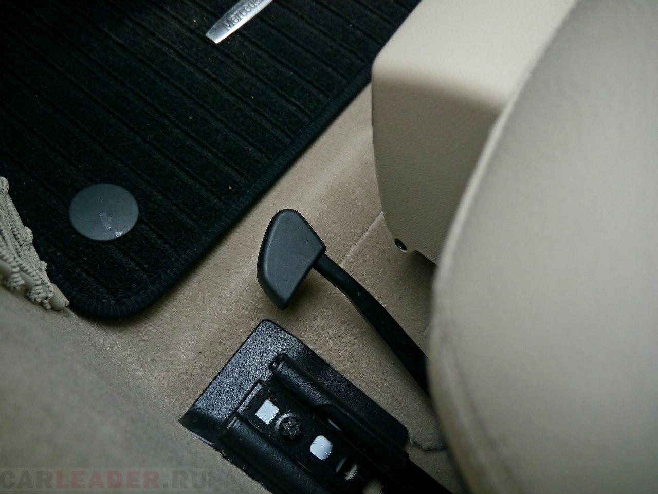 Для тех, кто впервые попал за руль новых Mercedes-Benz E и C, будут долго искать, как же им подвинуть сидение. Это делается с помощью черной рукояти. Все просто!