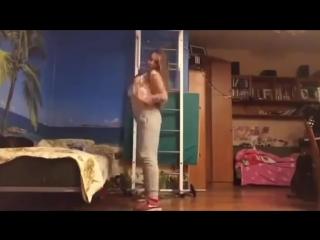 Школьница 9 класс 15 лет танцует тверк вертит попой на камеру в лосинах