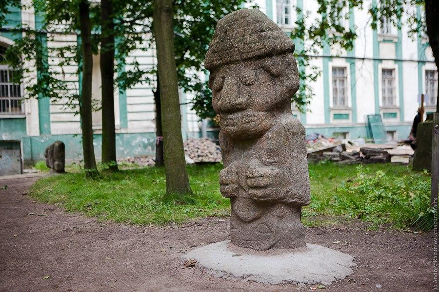 Двор Кунсткамеры индейский бог