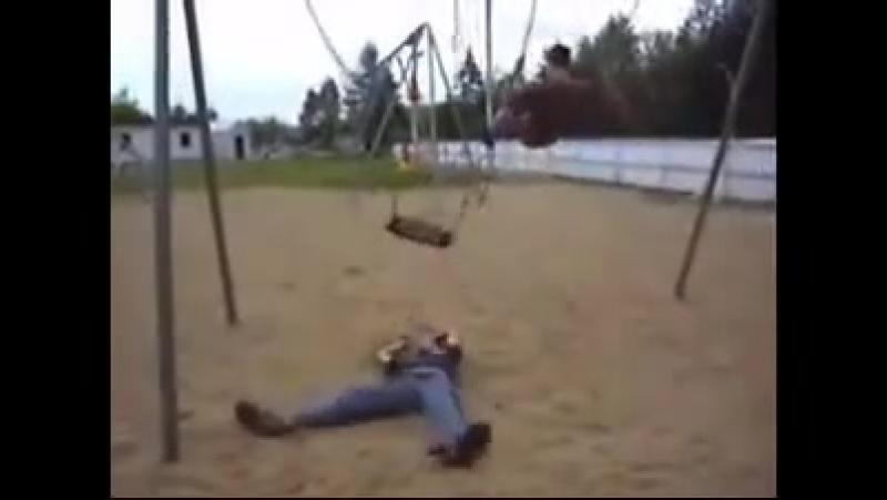 пацан упал с качели