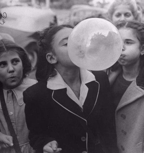 Девушками надувающими шар 9 фотография