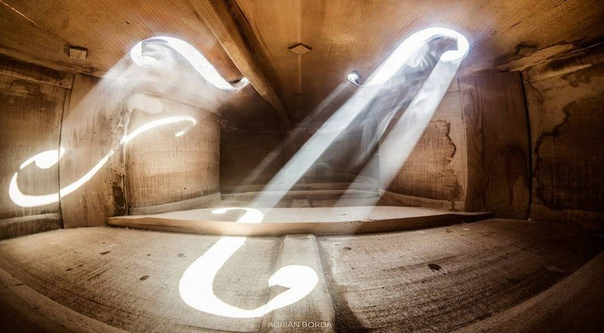 Румынский художник-сюрреалист и фотограф Эдриан Борда (Adrian Borda) создал серию снимков внутри старинной виолончели, вдохновившись рекламными изображениями Берлинского филармонического оркестра. Не ограничившись виолончелью, Борда снимал внутри гитары,