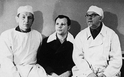 Слева направо оториноларинголог И.И.Брянов, Ю.А.Гагарин, главный оториноларинголог госпиталя им. Бурденко хирург М.М.Филиппов, 1962 год