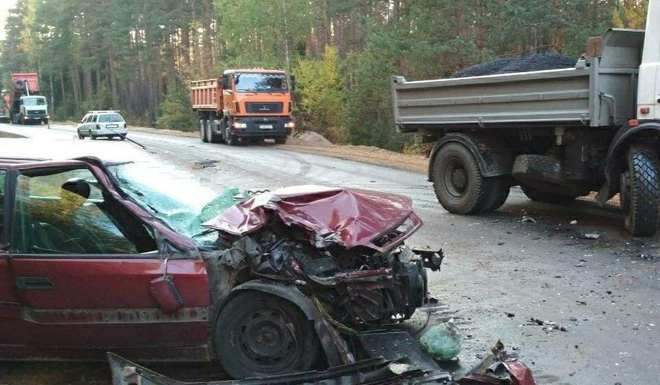 В Барановичском районе легковушка врезалась в грузовик дорожников
