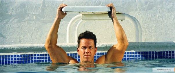 Дэниел Луго в басейне обдумывает план ограбления
