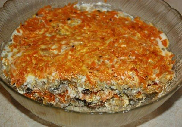 Салат с шампиньонами жареными морковью и луком и