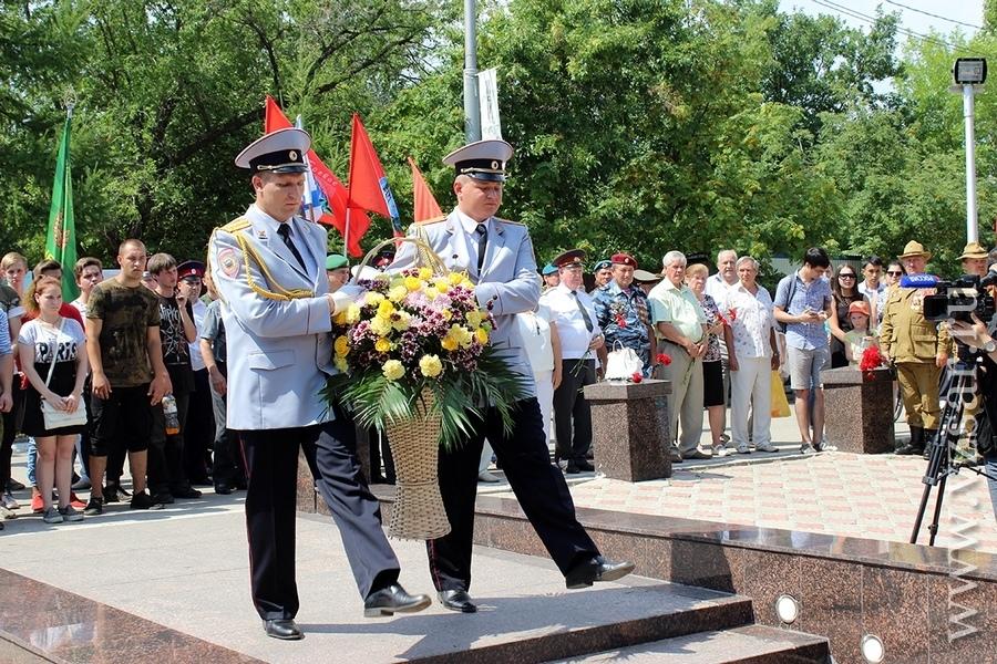 Имена погибших в Грозном саратовских полицейских увековечены на мемориале в Парке Победы