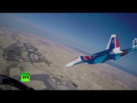 Акробатические элементы «Русских витязей» над Бахрейном — съёмка из кабины пилота