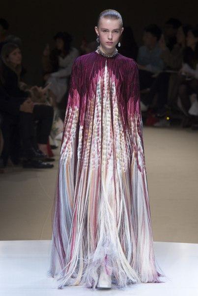Сара Бертон в осенне-зимней коллекции Alexander McQueen вывела бахрому на новый уровень и это очень красиво