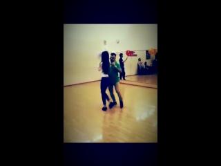 Очаровательная девушка танцует Urbankizz