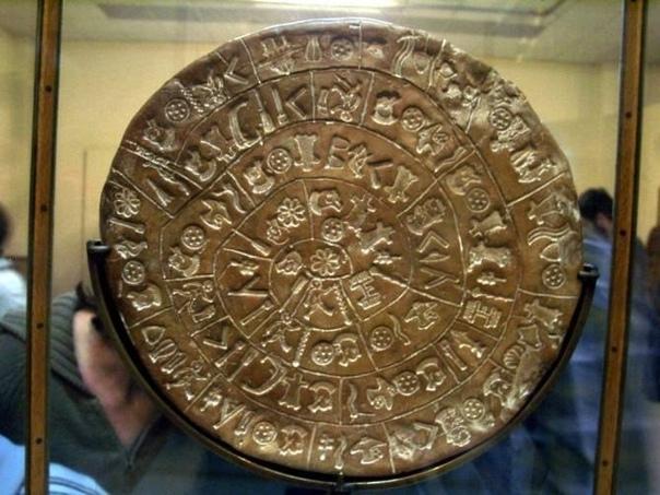 Фестский диск: Реликвия из Атлантиды Эта сенсационная находка была сделана в 1908 году на греческом острове Крит. В руинах античного замка в Фесте итальянские археологи нашли необычный глиняный
