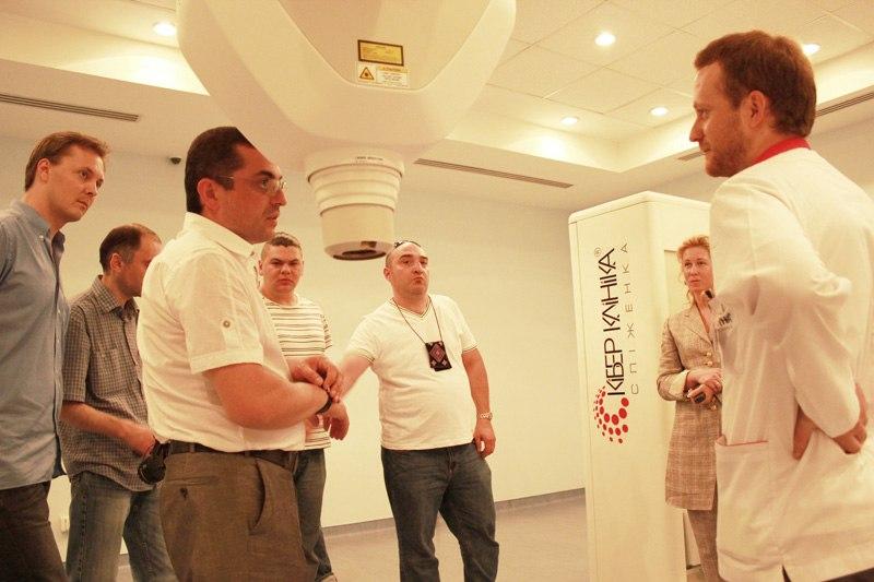 Доктор Мирза Хиникидзе, руководитель делегации нейроонкологов из Грузии интересуется о применимости системы радиохирургии для лечения одного из своих пациентов