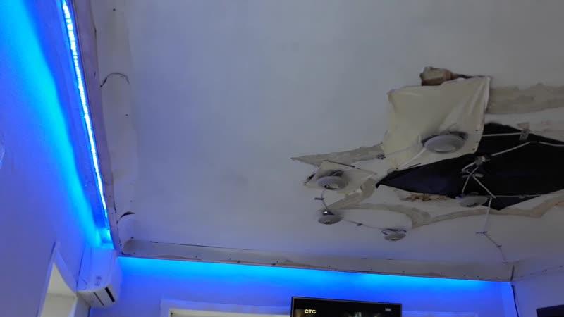 Скрытый карниз с заведенной подсветкой сбор фальшь стены установлены точечные светильники и белый матовый потолок