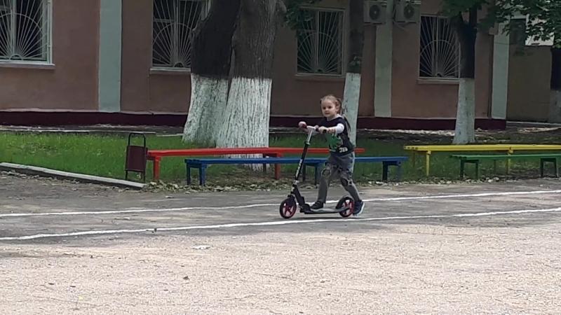 Лялька учится кататься на самокате