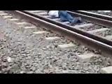 Экстремал бросился под поезд, чтобы выиграть спор