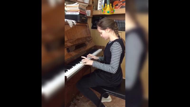 Яна играет на фортепиано