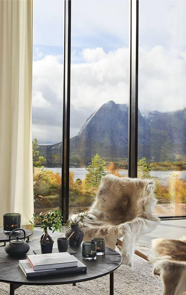 Современный дом с видом на фьорд в Норвегии