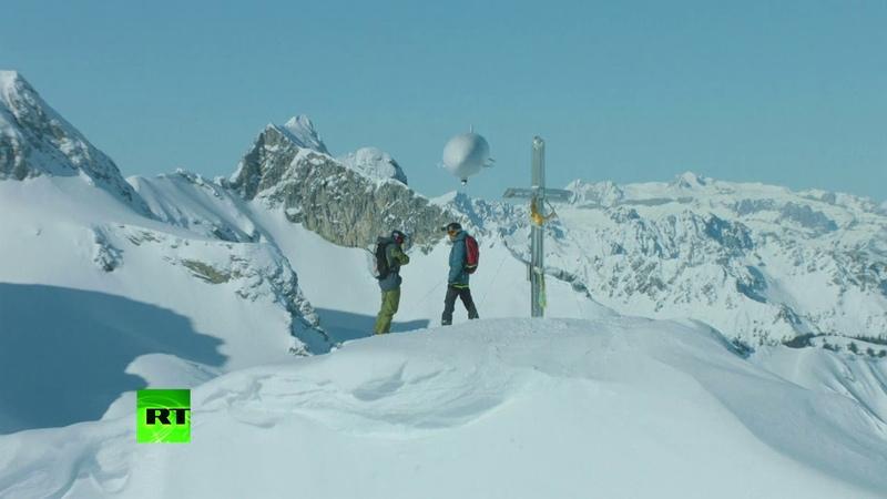 Экстремалы фрирайдеры из Австрии решили добраться до горы Кляйнерм- Фалькаштиль высотой более 2,2 тыс. м на дирижабле