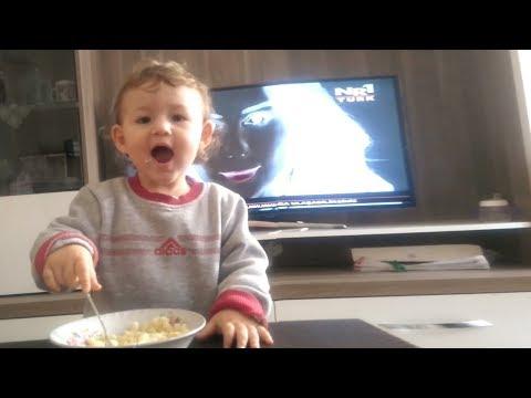 Kendi Başına İlk Defa Yemek Yiyen Bebek » Freewka.com - Смотреть онлайн в хорощем качестве