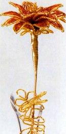 ...из одной пары дуг низкой бисера на оси длиной 1 см, 6 лепестков из 3 пар дуг на оси длиной 2... Цветок из бисера.