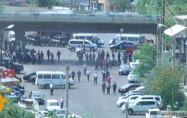 Двое заложников освобождены в здании полиции Еревана