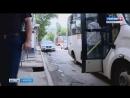 Асфальт провалился около остановки общественного транспорта