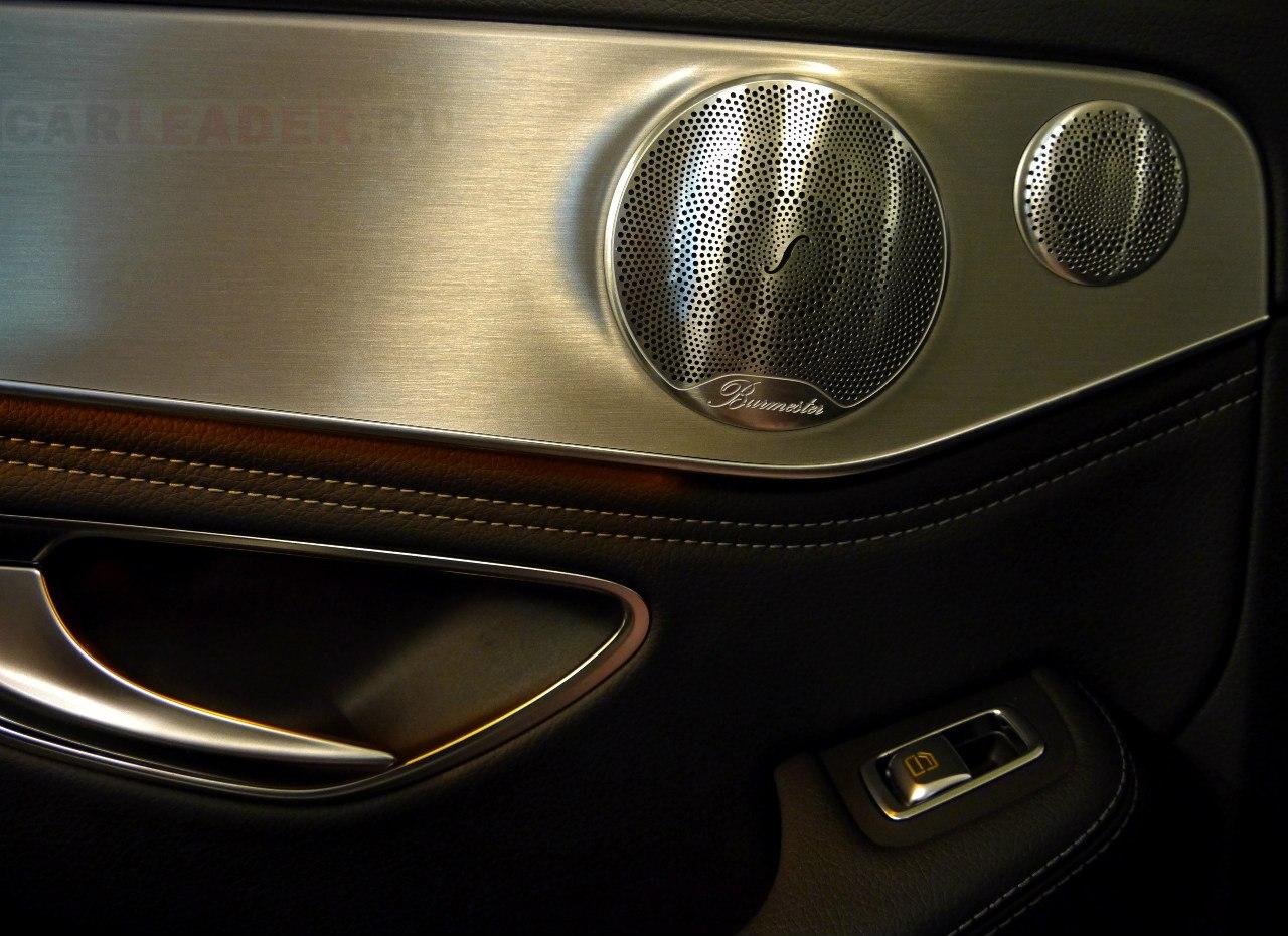 Mercedes еще раз показывает, как надо делать дверные обшивки: сплошной монолит из алюминия с премиальной акустикой Burmester.