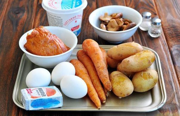 """Новогодний салат """"Собачка"""" с копченой курицей и грибами"""