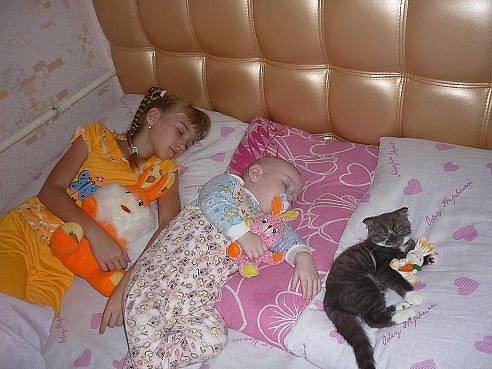 Маленькие дети ни когда не спят....они просто лежат на подзарядке))))
