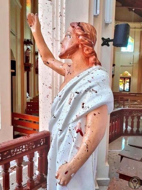 Окровавленная статуя Иисуса в одной из церквей Шри-Ланки после теракта