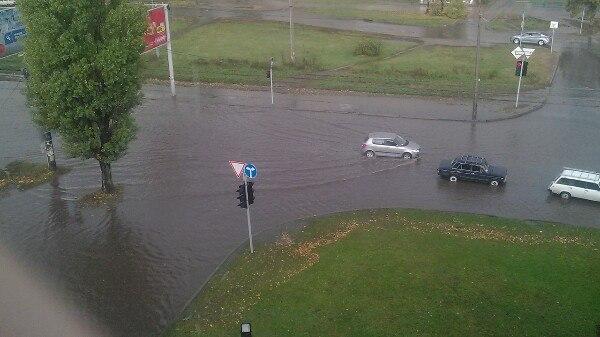У Харкові сильний дощ затопив вулиці - фото 3