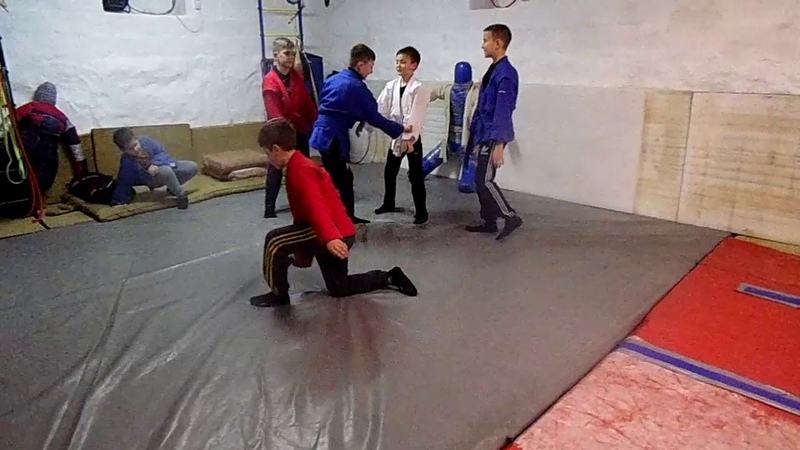 Тренируем на скорость бросок через спину с колен (дети)